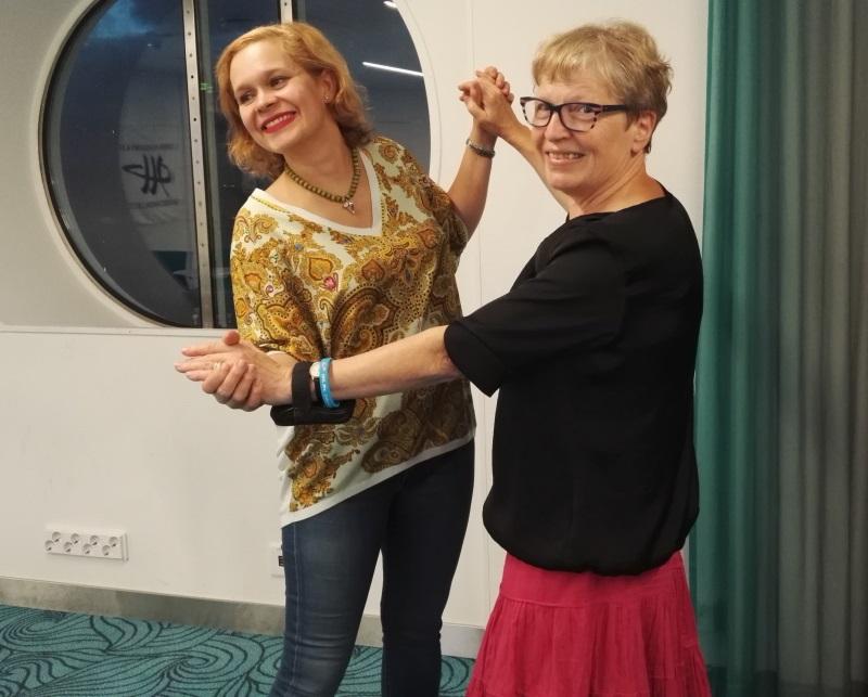 Senioritanssin aluekouluttajat Laura Cedras (vas.) ja Anneli Makkonen tanssivat senioritanssijoiden juhlareisteilyllä.