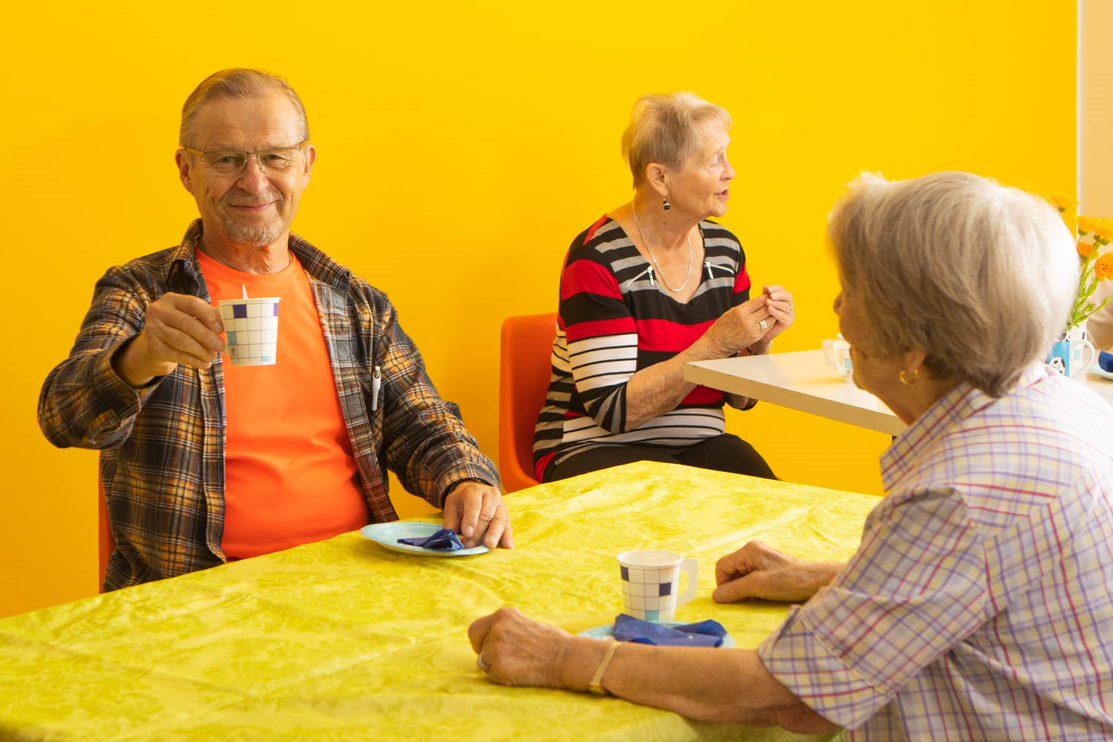 Leppoisa kahvitteluhetki naapureiden kanssa. Kuva: Malin Gustafsson