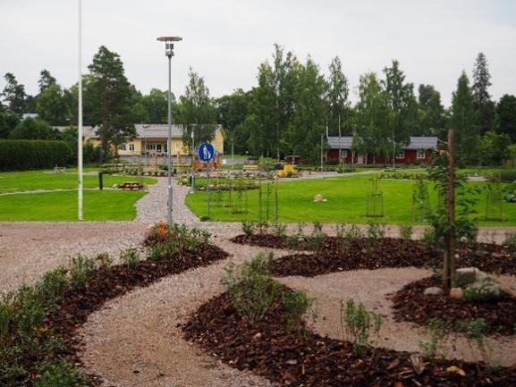Lukkarinpuisto rakennettuna polkuineen ja istutuksineen.